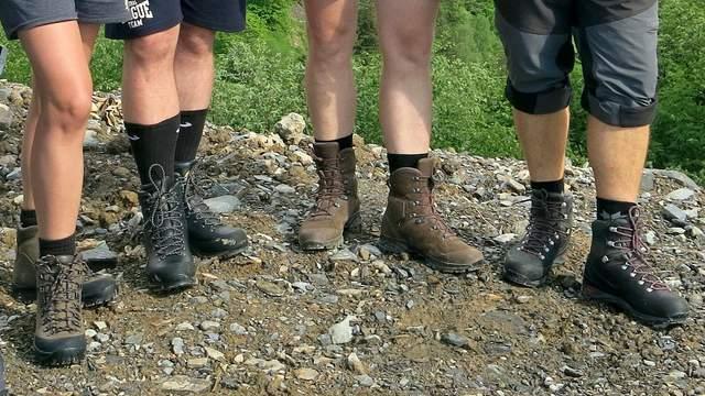 Сушить ботинки у костра опасно