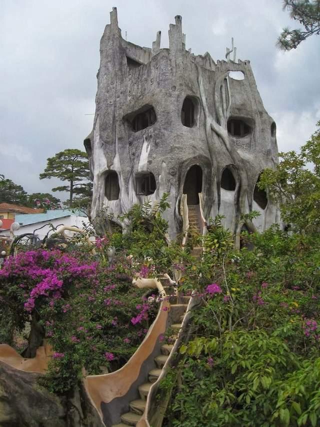 Це помешкання оздобили у вигляді невеликої фортеці в скелі