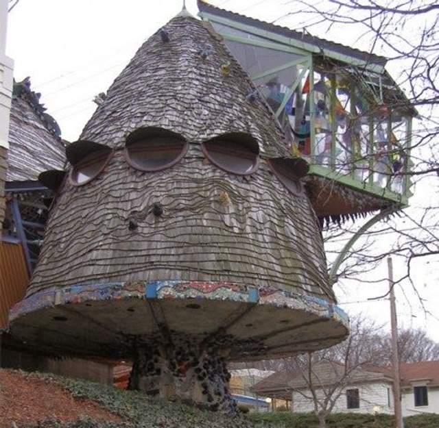 Будинок у формі гриба приваблює увагу