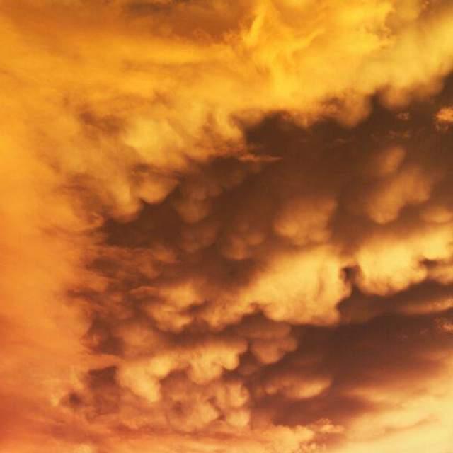 Грозовое небо на закате также окрашено в выбранный цвет