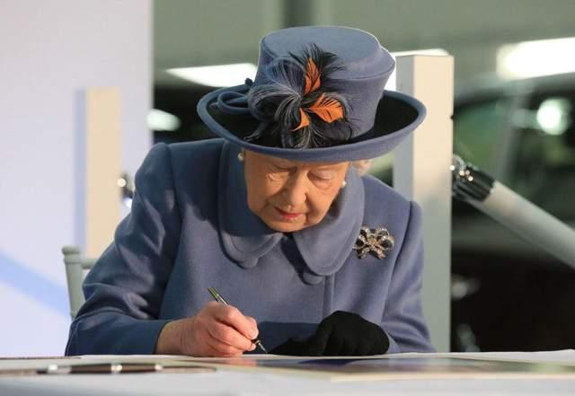 Королева Єлизавета дуже любить листуватися / Фото Getty Images
