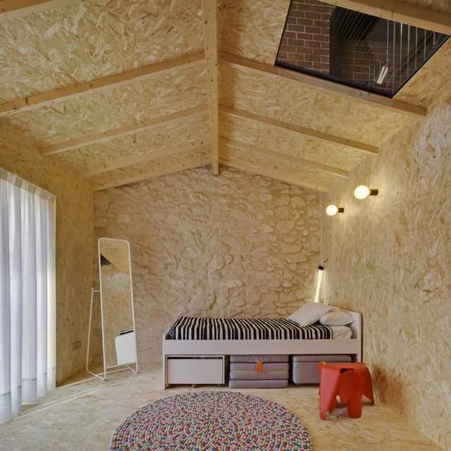 В современных интерьерах можно увидеть стены, покрытые фанерой