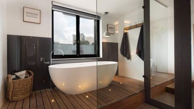 Усе частіше у ванних кімнатах роблять скляні стіни