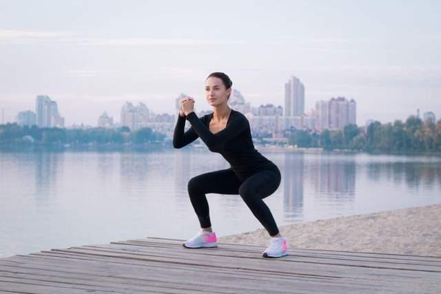Обязательно разогревайте колени перед тренировкой с приседаниями