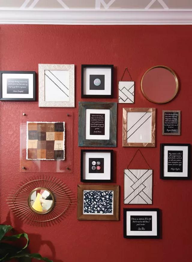 Галерея из зеркал на красном фоне