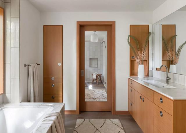 Зеркало на двери визуально увеличит небольшую комнату