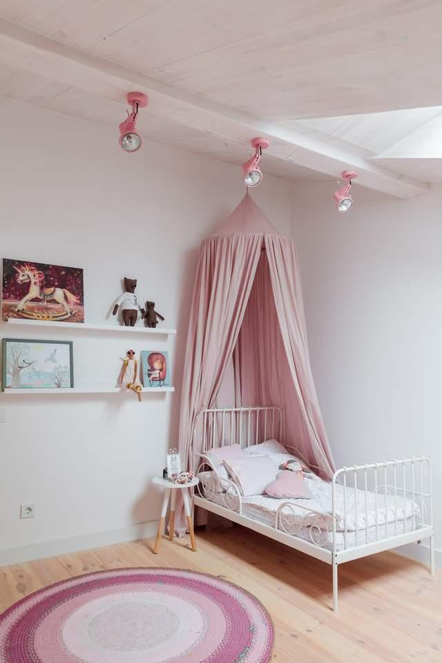 Детская комната с минималистичным интерьером