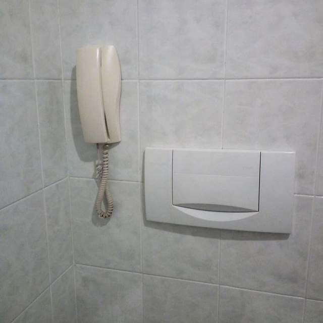 У цій ванній кімнаті можна митися і розмовляти телефоном одночасно