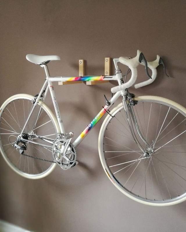 Велосипед на стене экономит место
