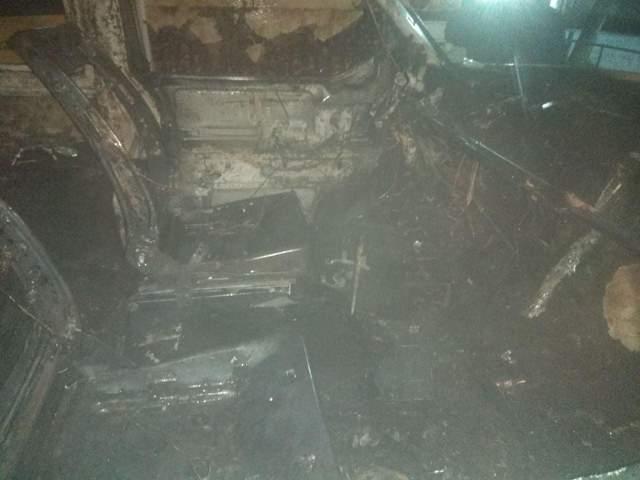 У Новояворівську посеред вулиці вщент згорів мікроавтобус: фото