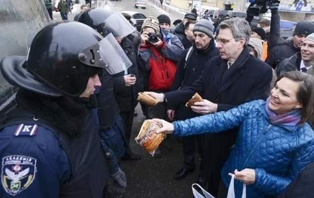 Вікторія Нуланд на Майдані в Києві 2014 рік фото