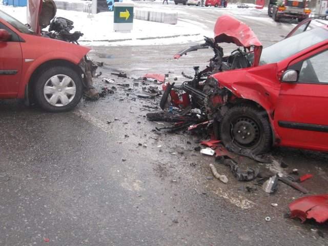 У Золочеві Renault та Hyundai зіткнулись лоб у лоб: автівки розтрощило вщент – фото