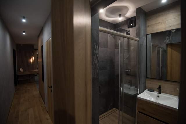 Стены в ванной комнате отделали камнем