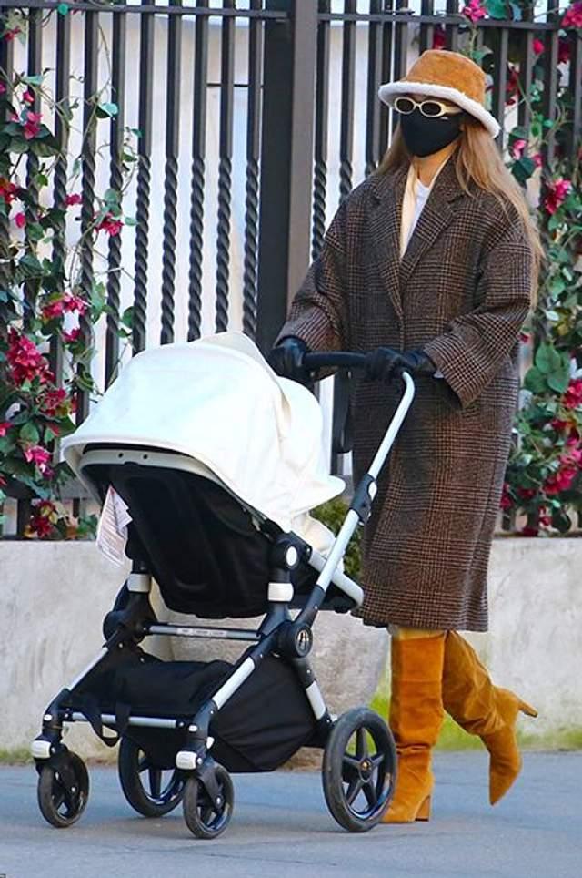 Джіджі Хадід на прогулянці з донькою