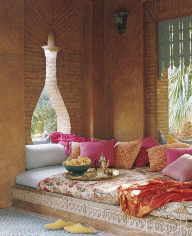 Из подушек можно сформировать удобный диван