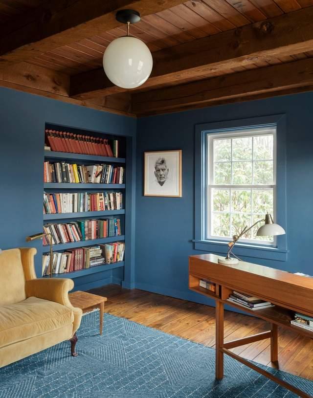 Кабинет в приглушенных оттенках синего