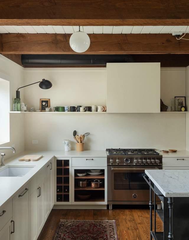 Открытая кухня с фасадами кремового цвета