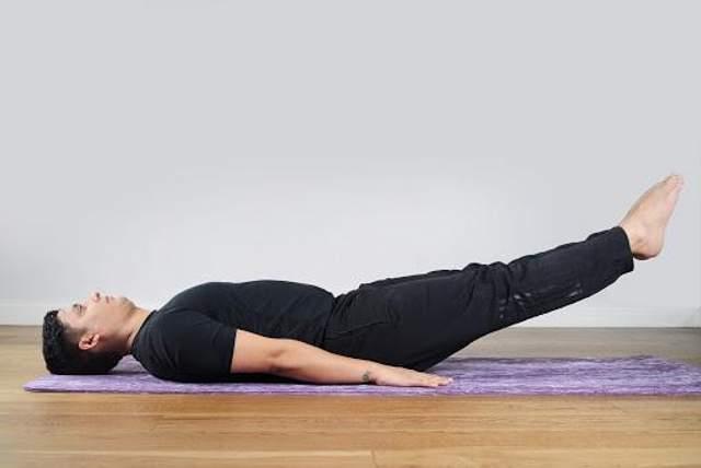 У цій позі ви відчуєте, як напружуються м'язи живота