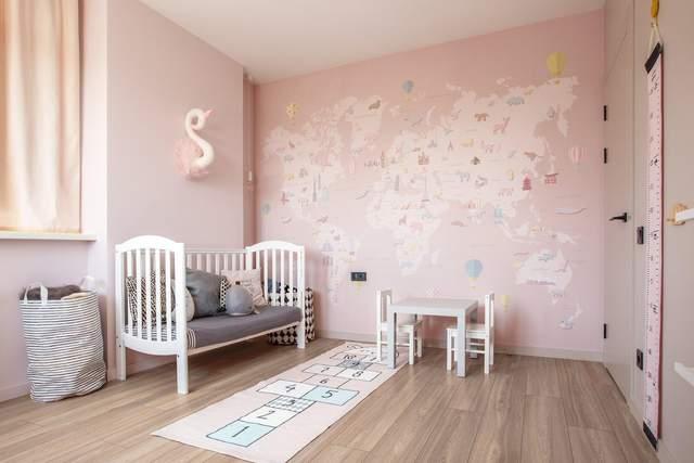 Дитяча кімната у стриманому рожевому кольорі