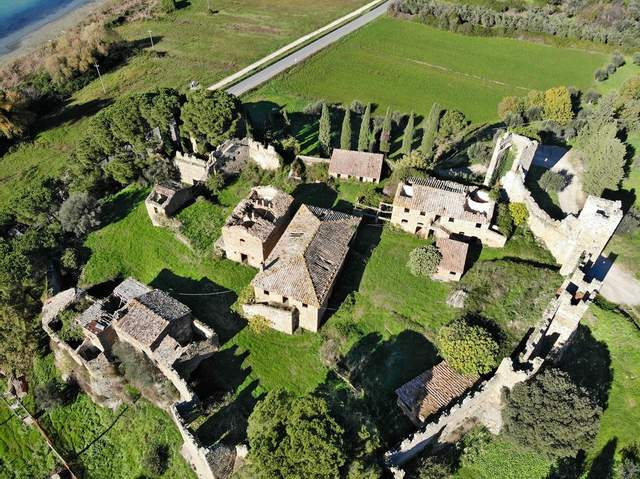 Споруди Castello di Zocco   / Фото JamesEdition