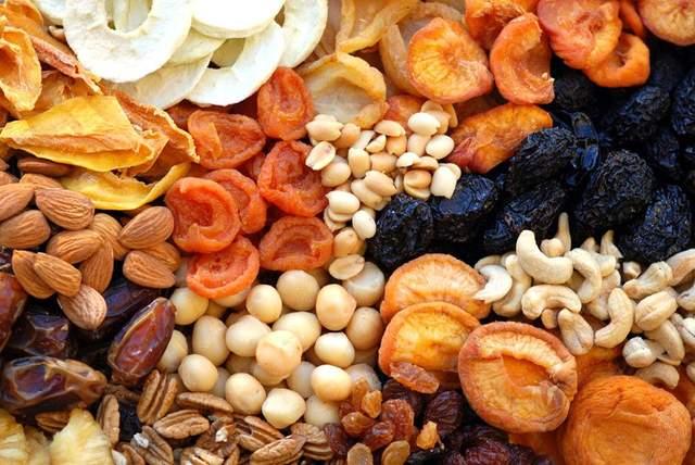 Сухофрукти часто вимочують в цукровому сиропі