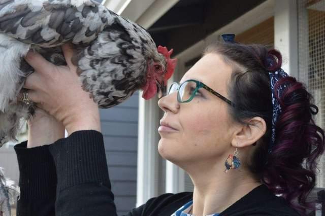 Жінка вважає курку своєю подрогую
