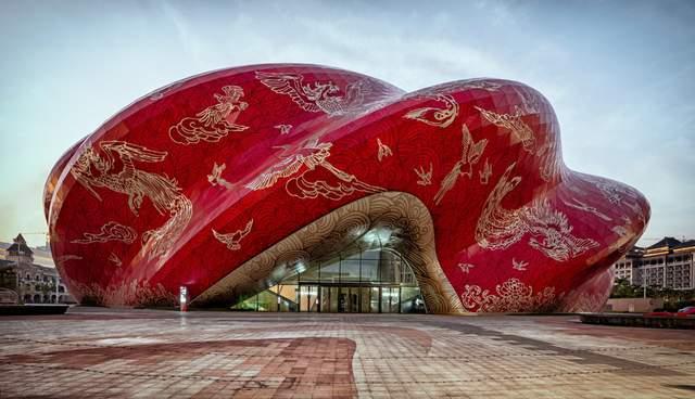 Хвиляста червона обшивка фасаду / Фото Dezeen