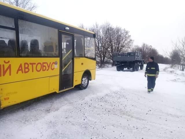 На Рівненщині у снігових заметах застряг шкільний автобус