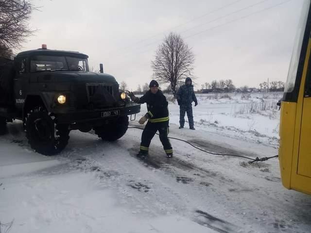 Рятувальники витягли автобус на проїжджу частину