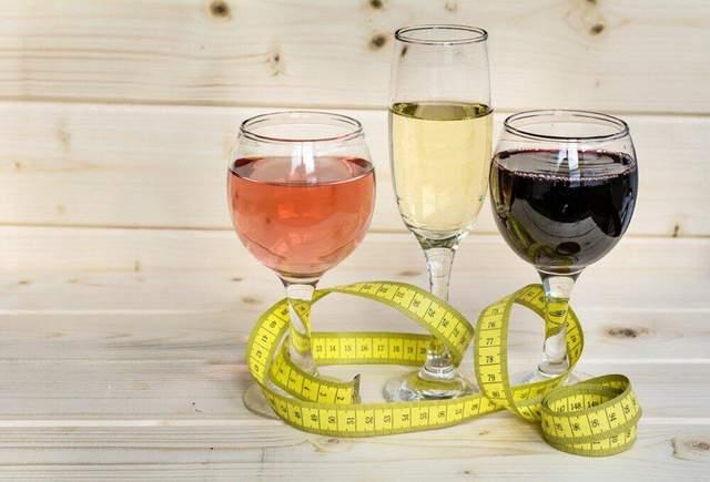 Алкоголь обезвоживает организм, поэтому пейте чистую воду