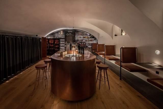 Дуговые купола на потолке создают атмосферу в помещении