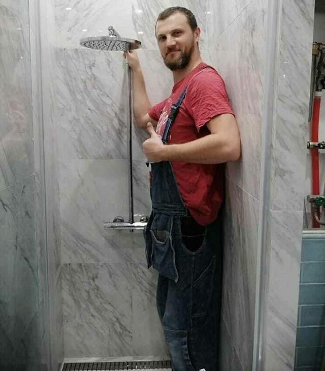 Если вам не повезло быть выше, чем душ, придется принимать его сидя