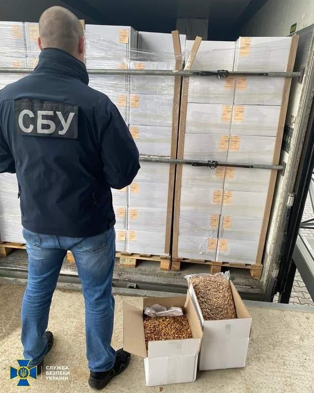 На Буковині фіскали допомагали незаконно експортувати з України горіхи