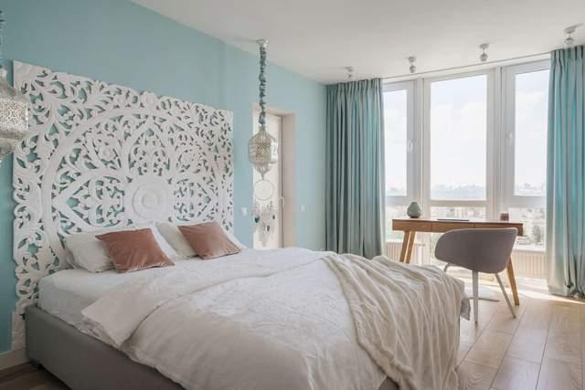 Спальня с оригинальным декором на стене