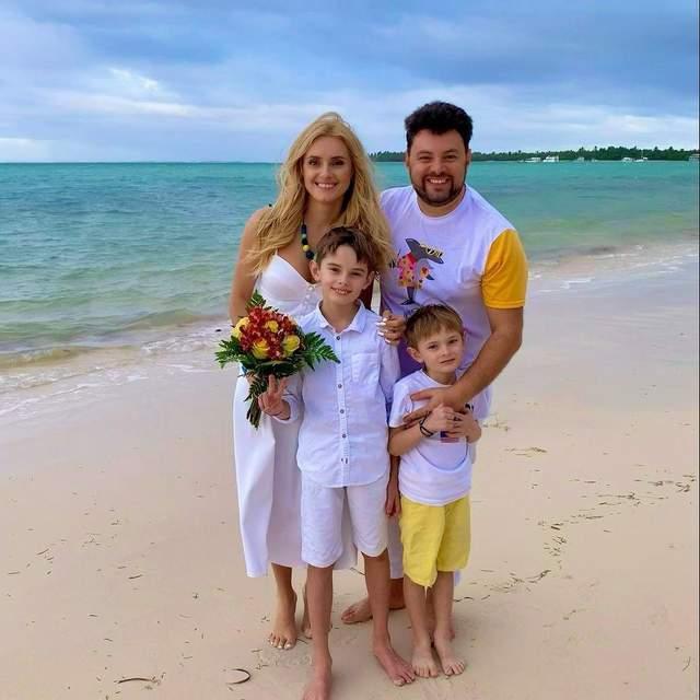 Ірина Федишин з чоловіком і синами в Домінікані