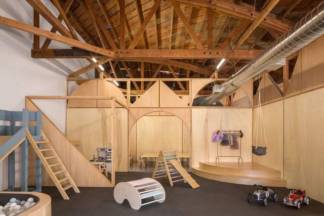 Меблі у зоні для ігор зробили з дерева