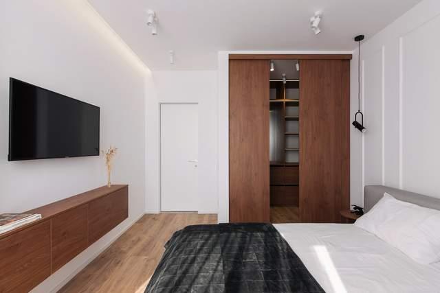 Спальню выполнили в той же цветовой гамме, что и остальную квартиру