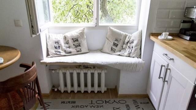 На підвіконні можна зробити додаткове місце для сидіння
