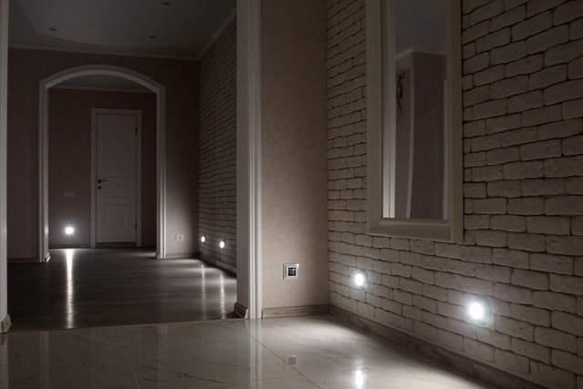 Подсветка пола в коридоре делает передвижение безопасным