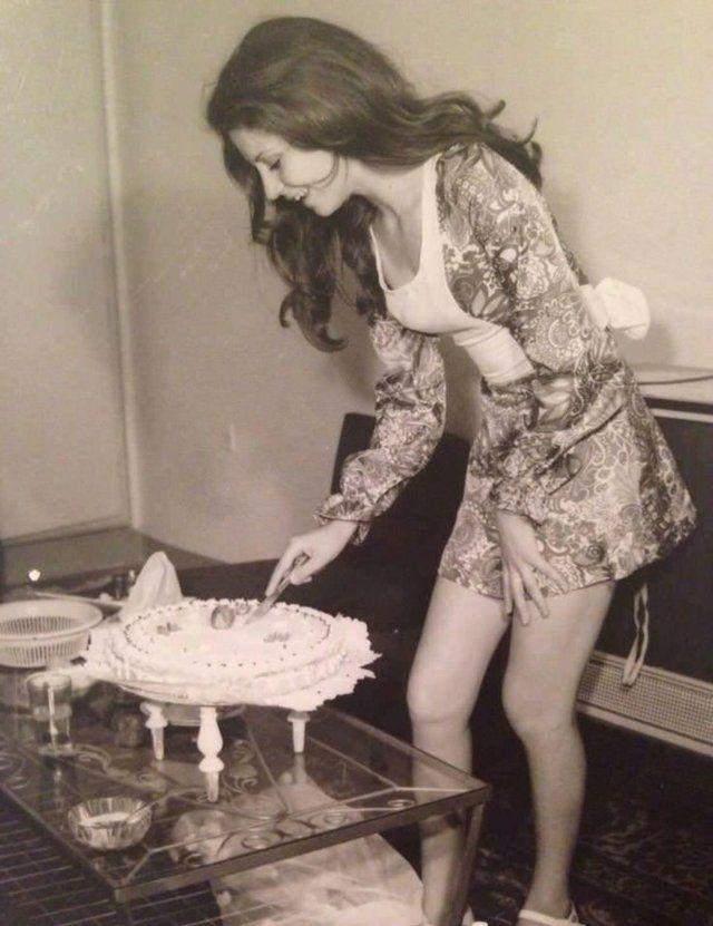 Жінка розрізає торт, Іран у 1970-х