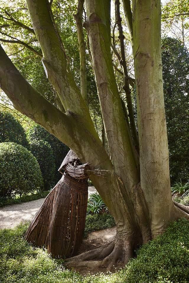 В парке много разных необычных скульптур