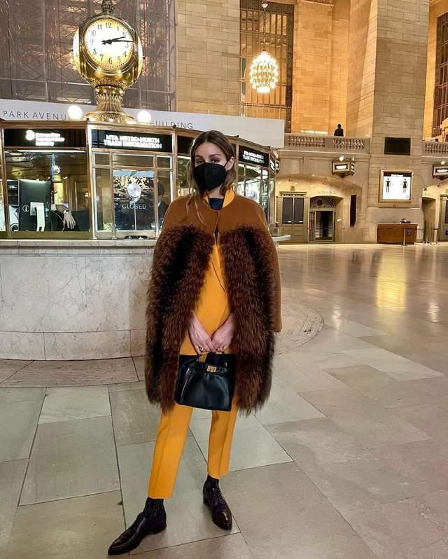 Олівія Палермо показала, як стильно одягати фактурну сорочку