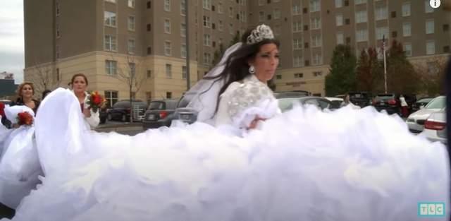 Як виносили плаття із ательє / Скрін Gypsy Brides US