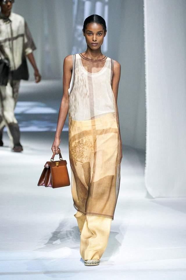 Тренд навіяний арабською модою – сукня поверх штанів