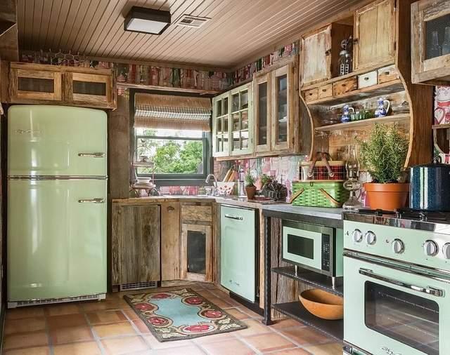Винтажный холодильник дополняет стиль прованс