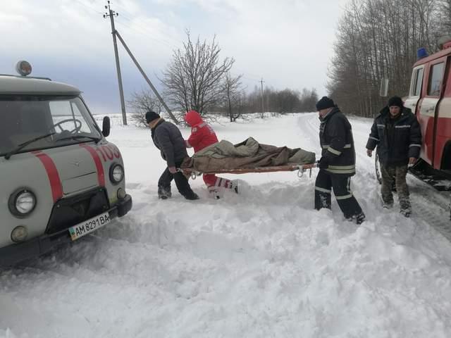 Рятувальники перенесли хвору у карету швидкої допомоги