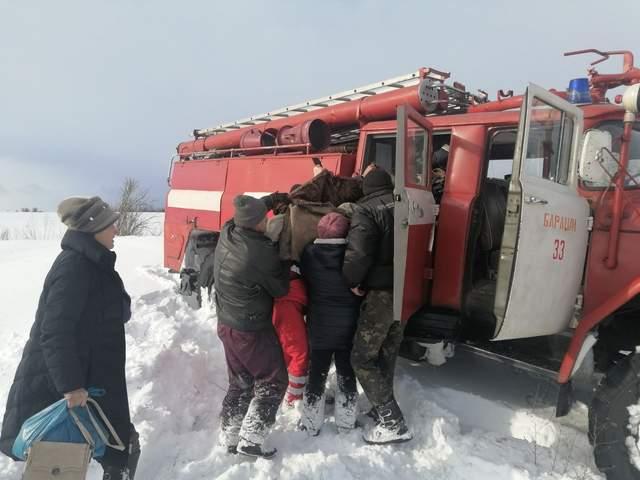 Дівчину перемістили у машину рятувальників