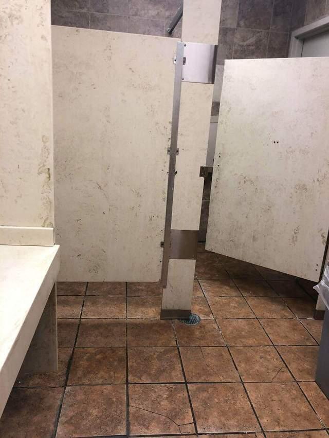 Эти кабинки выглядят грязно, даже когда вокруг идеальная чистота