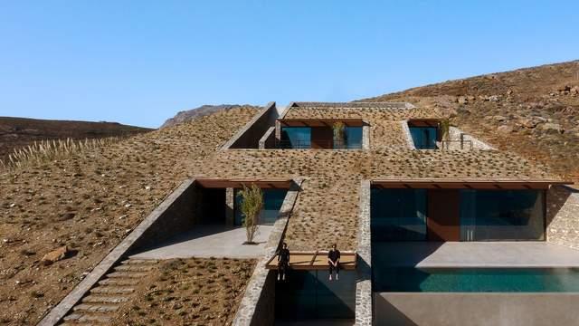 Будинок занурений у схил пагорба і орієнтований на воду / Фото Archdaily