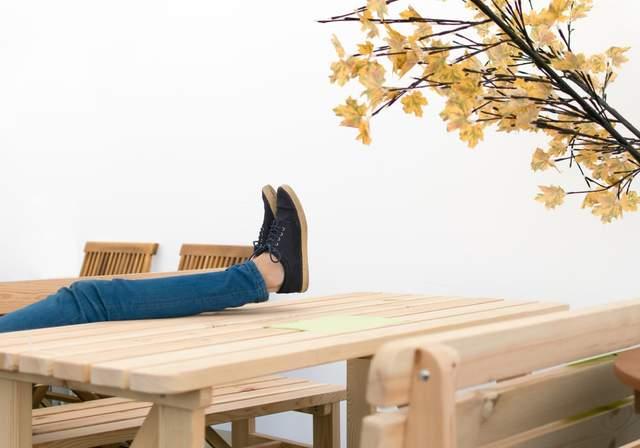 Закиньте ноги на стіл чи перила ліжка